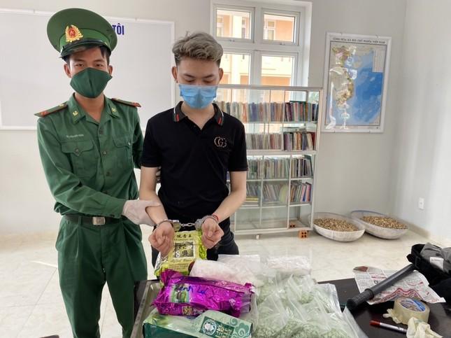 Mang hơn 30kg ma túy đi thuyền từ Campuchia về Việt Nam thì bị bắt ảnh 1