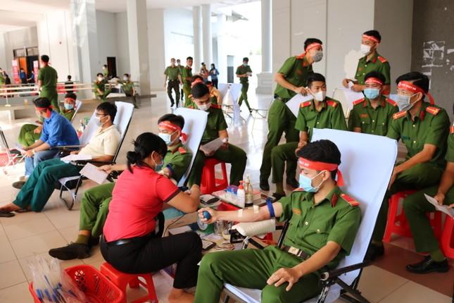 Hơn 100 cán bộ, chiến sĩ Công an tỉnh An Giang tham gia Chủ nhật Đỏ ảnh 10