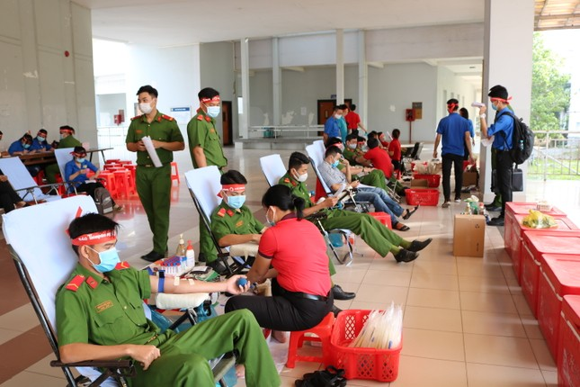 Hơn 100 cán bộ, chiến sĩ Công an tỉnh An Giang tham gia Chủ nhật Đỏ ảnh 11