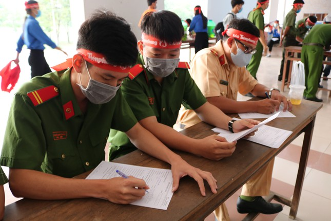 Hơn 100 cán bộ, chiến sĩ Công an tỉnh An Giang tham gia Chủ nhật Đỏ ảnh 3