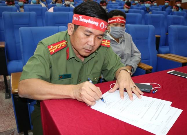 Hơn 100 cán bộ, chiến sĩ Công an tỉnh An Giang tham gia Chủ nhật Đỏ ảnh 1