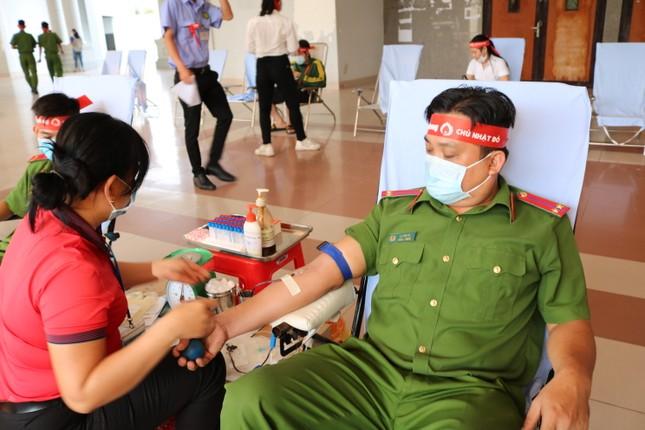 Hơn 100 cán bộ, chiến sĩ Công an tỉnh An Giang tham gia Chủ nhật Đỏ ảnh 8