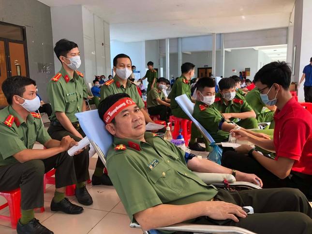 Hơn 100 cán bộ, chiến sĩ Công an tỉnh An Giang tham gia Chủ nhật Đỏ ảnh 2