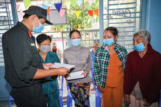 Đoàn viên thanh niên Cảnh sát cơ động ra quân vệ sinh môi trường đón xuân Tân Sửu ảnh 8