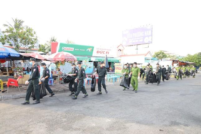 Đoàn viên thanh niên Cảnh sát cơ động ra quân vệ sinh môi trường đón xuân Tân Sửu ảnh 3