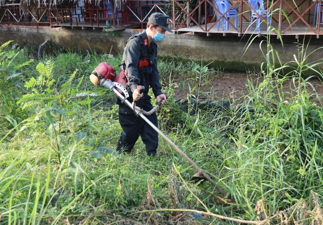 Đoàn viên thanh niên Cảnh sát cơ động ra quân vệ sinh môi trường đón xuân Tân Sửu ảnh 7