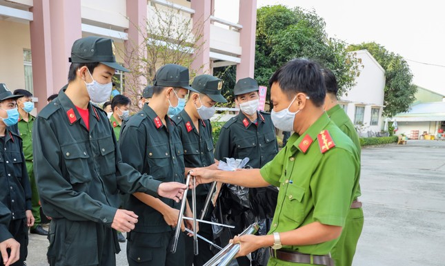 Đoàn viên thanh niên Cảnh sát cơ động ra quân vệ sinh môi trường đón xuân Tân Sửu ảnh 2