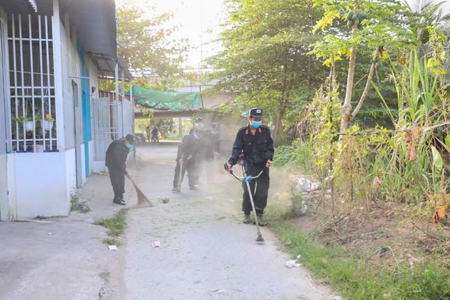 Đoàn viên thanh niên Cảnh sát cơ động ra quân vệ sinh môi trường đón xuân Tân Sửu ảnh 6