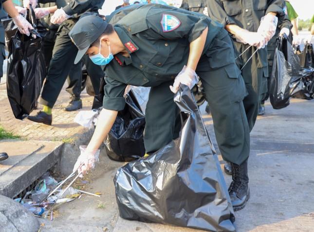 Đoàn viên thanh niên Cảnh sát cơ động ra quân vệ sinh môi trường đón xuân Tân Sửu ảnh 5