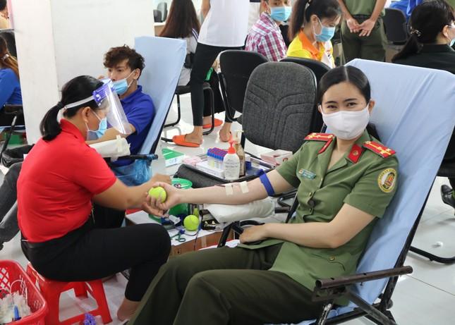 Những 'bóng hồng' mạnh mẽ trong Ngày hội hiến máu Chủ nhật Đỏ ảnh 6