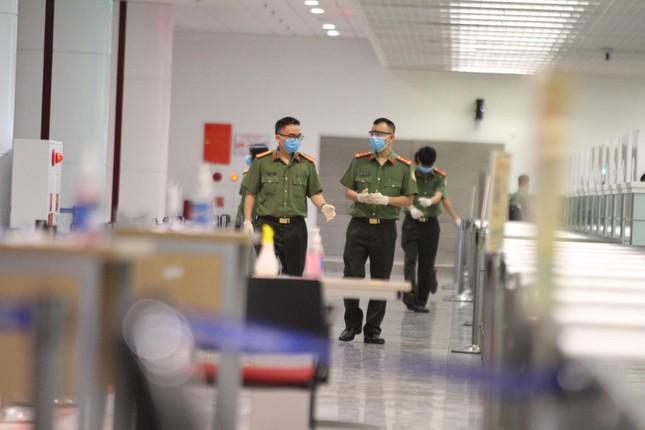 Đón đồng bào hồi hương ở sân bay Nội Bài ảnh 9