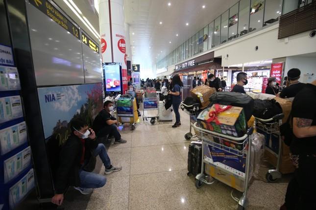 Đón đồng bào hồi hương ở sân bay Nội Bài ảnh 1