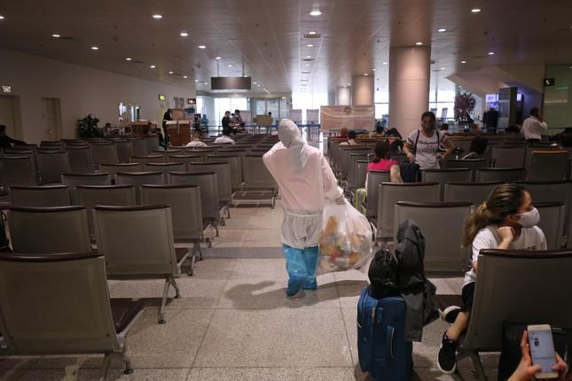 Đón đồng bào hồi hương ở sân bay Nội Bài ảnh 10