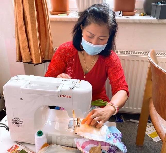 Người Việt ở châu Âu may khẩu trang tặng bệnh viện phòng Covid-19 ảnh 6