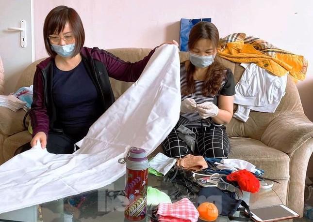 Người Việt ở châu Âu may khẩu trang tặng bệnh viện phòng Covid-19 ảnh 2