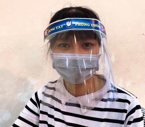 Cung Thiếu nhi Hà Nội làm 4.000 tấm chắn giọt bắn tặng y, bác sỹ phòng COVID-19 ảnh 7