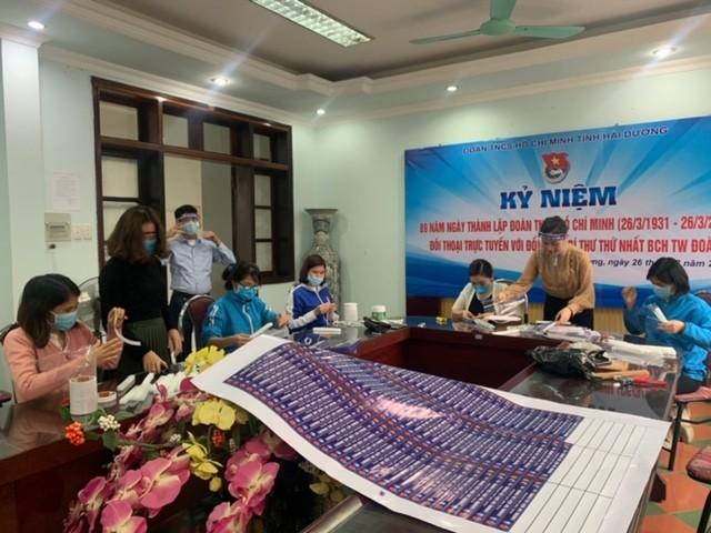 Cung Thiếu nhi Hà Nội làm 4.000 tấm chắn giọt bắn tặng y, bác sỹ phòng COVID-19 ảnh 8