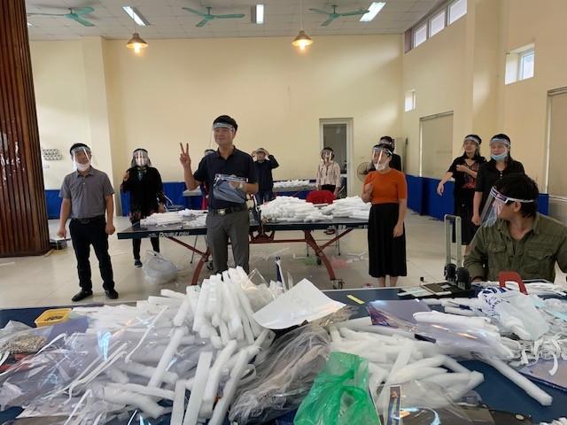 Cung Thiếu nhi Hà Nội làm 4.000 tấm chắn giọt bắn tặng y, bác sỹ phòng COVID-19 ảnh 5