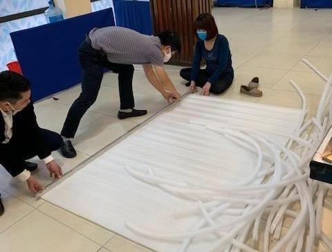 Cung Thiếu nhi Hà Nội làm 4.000 tấm chắn giọt bắn tặng y, bác sỹ phòng COVID-19 ảnh 1