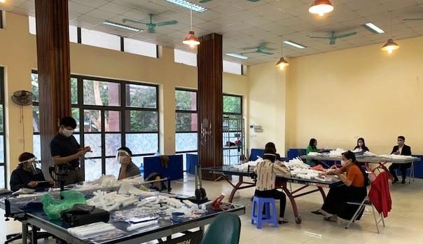 Cung Thiếu nhi Hà Nội làm 4.000 tấm chắn giọt bắn tặng y, bác sỹ phòng COVID-19 ảnh 4