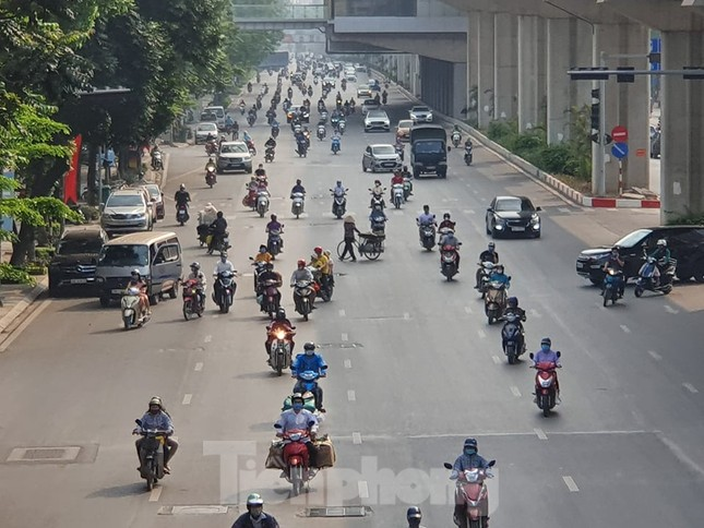 Nhiều người Hà Nội lơ là không đeo khẩu trang, 'lượn lờ' giữa phố đông ảnh 1