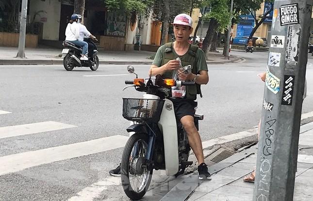 Nhiều người Hà Nội lơ là không đeo khẩu trang, 'lượn lờ' giữa phố đông ảnh 8