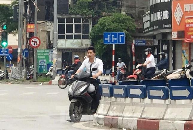 Nhiều người Hà Nội lơ là không đeo khẩu trang, 'lượn lờ' giữa phố đông ảnh 3