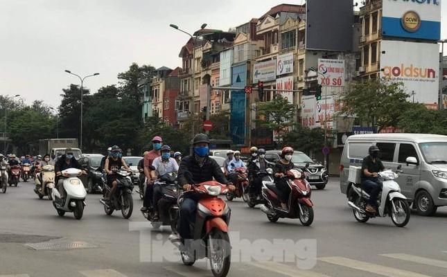 Nhiều người Hà Nội lơ là không đeo khẩu trang, 'lượn lờ' giữa phố đông ảnh 2