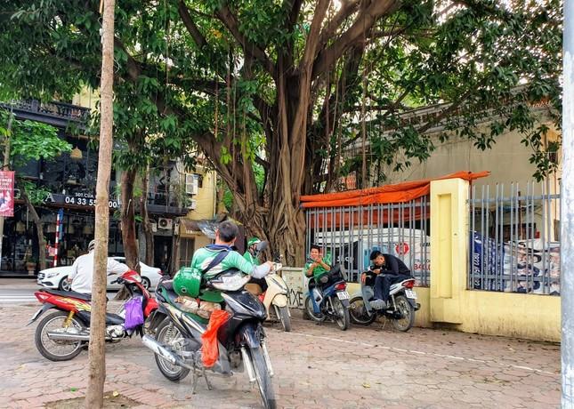 Nhiều người Hà Nội lơ là không đeo khẩu trang, 'lượn lờ' giữa phố đông ảnh 4