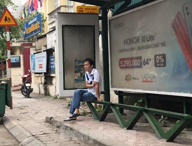 Nhiều người Hà Nội lơ là không đeo khẩu trang, 'lượn lờ' giữa phố đông ảnh 5