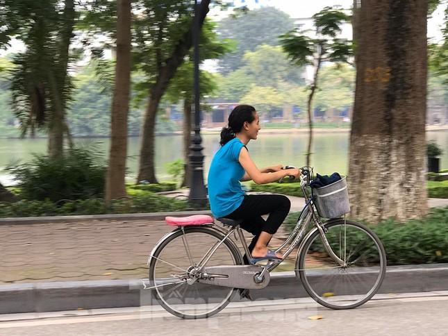 Nhiều người Hà Nội lơ là không đeo khẩu trang, 'lượn lờ' giữa phố đông ảnh 9