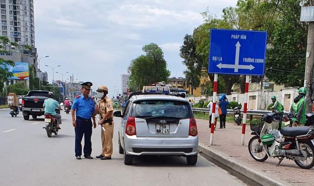 Ra quân xử phạt loạt taxi 'biến hóa' biển số, đón khách sai quy định ở Hà Nội ảnh 4