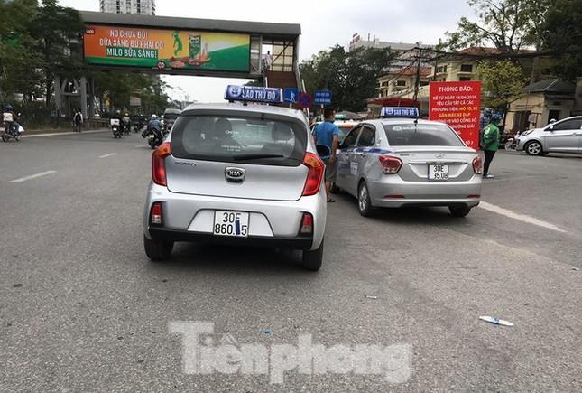 Ra quân xử phạt loạt taxi 'biến hóa' biển số, đón khách sai quy định ở Hà Nội ảnh 6