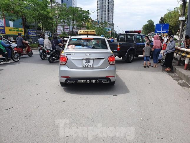 Ra quân xử phạt loạt taxi 'biến hóa' biển số, đón khách sai quy định ở Hà Nội ảnh 1