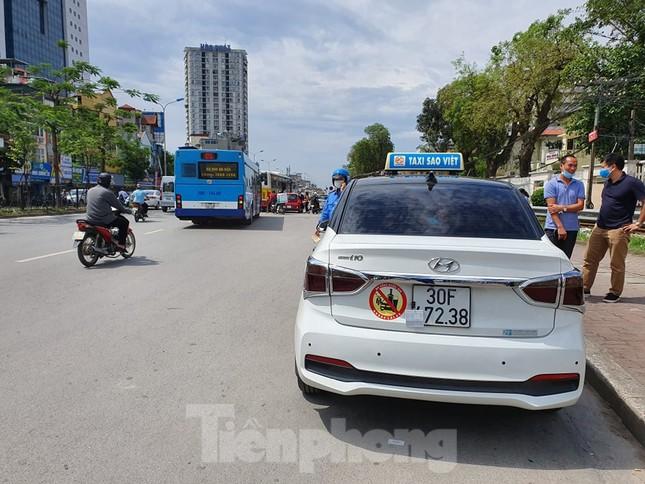 Ra quân xử phạt loạt taxi 'biến hóa' biển số, đón khách sai quy định ở Hà Nội ảnh 2