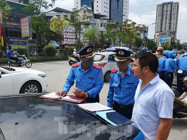 Ra quân xử phạt loạt taxi 'biến hóa' biển số, đón khách sai quy định ở Hà Nội ảnh 5
