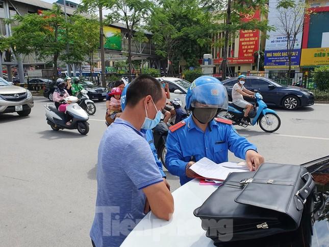 Ra quân xử phạt loạt taxi 'biến hóa' biển số, đón khách sai quy định ở Hà Nội ảnh 7