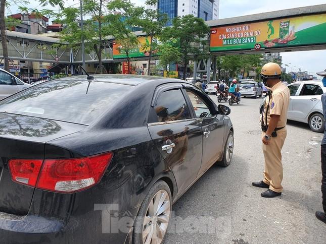Ra quân xử phạt loạt taxi 'biến hóa' biển số, đón khách sai quy định ở Hà Nội ảnh 3