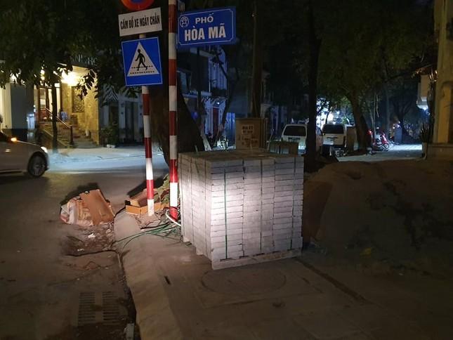 Công trường lát đá vỉa hè Hà Nội không biển báo, giấu tên nhà thầu ảnh 11