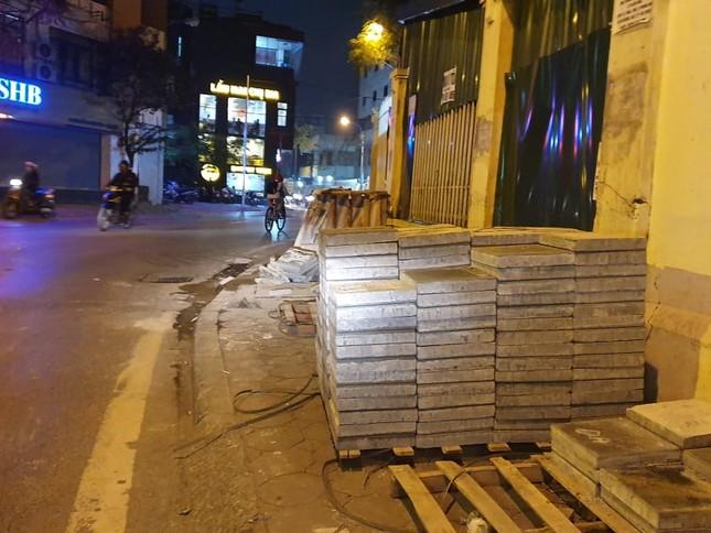 Công trường lát đá vỉa hè Hà Nội không biển báo, giấu tên nhà thầu ảnh 9