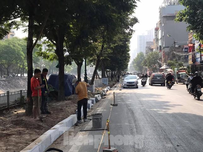Công trường lát đá vỉa hè Hà Nội không biển báo, giấu tên nhà thầu ảnh 6