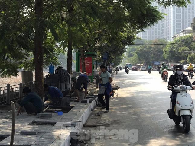 Công trường lát đá vỉa hè Hà Nội không biển báo, giấu tên nhà thầu ảnh 7