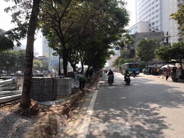Công trường lát đá vỉa hè Hà Nội không biển báo, giấu tên nhà thầu ảnh 8
