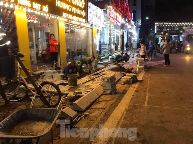 Công trường lát đá vỉa hè Hà Nội không biển báo, giấu tên nhà thầu ảnh 12
