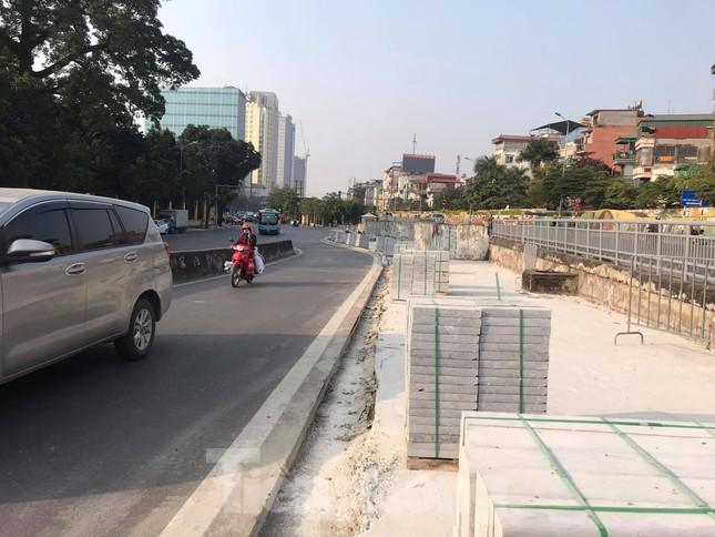 Công trường lát đá vỉa hè Hà Nội không biển báo, giấu tên nhà thầu ảnh 1