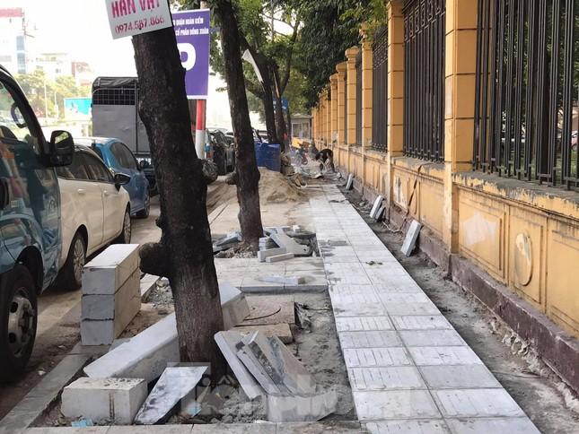 Công trường lát đá vỉa hè Hà Nội không biển báo, giấu tên nhà thầu ảnh 2