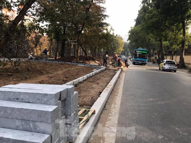 Công trường lát đá vỉa hè Hà Nội không biển báo, giấu tên nhà thầu ảnh 3