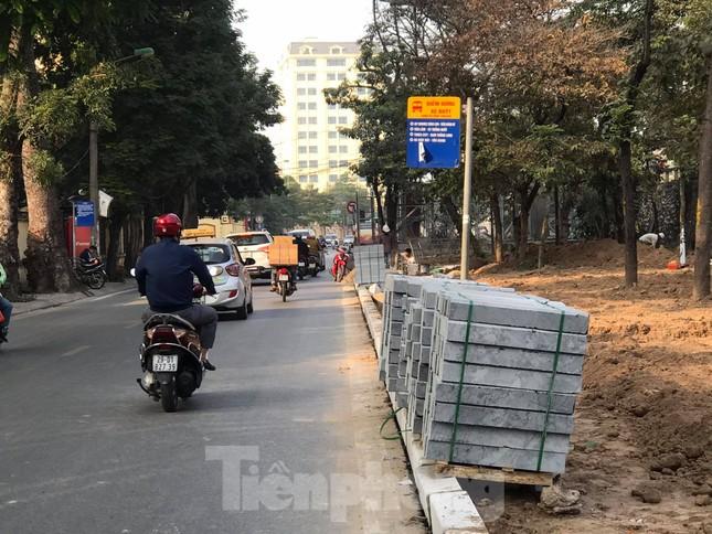 Công trường lát đá vỉa hè Hà Nội không biển báo, giấu tên nhà thầu ảnh 4