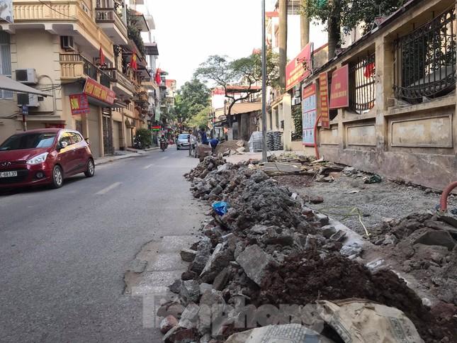 Công trường lát đá vỉa hè Hà Nội không biển báo, giấu tên nhà thầu ảnh 5