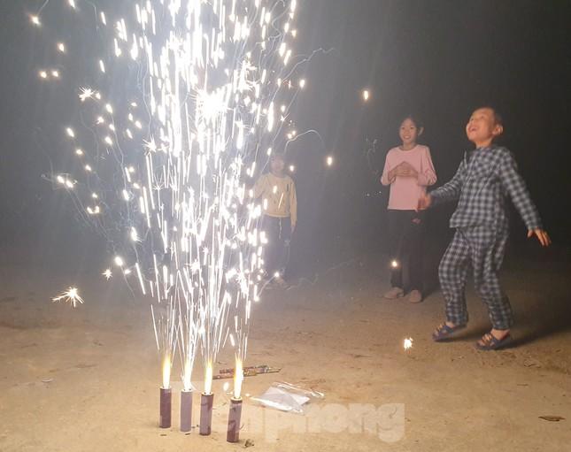 Con trẻ háo hức đốt pháo hoa, nếm vị Tết xưa ảnh 4